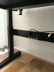 脚部中央の補強パネルに電源タップを取付