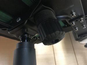 座面裏のロッキング機能調節ノズル