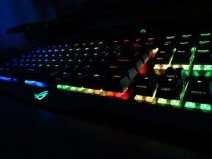 RGBライティングが映えるROG Claymore