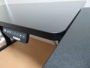 左奥:Flexispot 電動式スタンディングデスク 右手前:バウヒュッテBHD-820H-BK