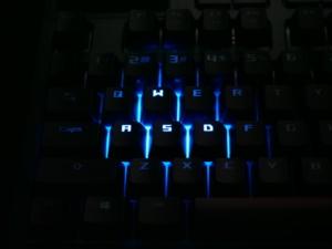 使用するキーだけを光らせて誤操作を防止